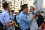 衆院会館前の歩道から官邸方向に行こうとして警察に止められる男性。「警察法第2条」を盾に取り、市民が公道を歩くことさえ規制する。嫌がらせに等しい警察の対応に男性は「この場面を写真に撮って下さい」。=7月29日、永田町。写真:田中撮影=