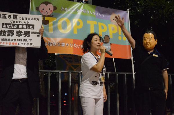 野田首相が現れ、TPPの説明をしようとするが…。「サルでも分かるTPP講座」などの出し物もあり、時間があっという間に過ぎる。(写真:諏訪撮影)
