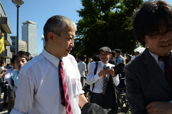 面会を終えて官邸から出てきた反原連の面々。マスコミのインタビュー攻めに遭った。=官邸前。写真:田中撮影=
