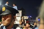 この日も警察の規制線が決壊した。冷静な行動を呼びかける主催者。60年安保で国会を包囲した男性は「あの時より怒りのボルテージが高い」。=7月29日午後7時50分。国会議事堂前。写真:諏訪撮影=