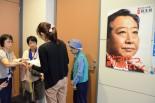 人事案に賛成しないよう陳情する市民。入室を許可する事務所は少数派だった。=21日午後、衆院会館。写真:田中撮影=