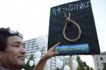 「原発事故で自殺に追い込まれた農民たちの霊を弔いに来た。この悲劇を風化させてはならない」。首吊り縄のオブジジェを製作した男性は表情を引き締めた。=永田町。写真:諏訪:撮影=
