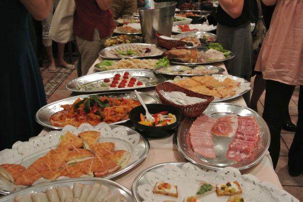 ジャガイモは北海道産、ズッキーニは宮崎産、ナスは愛媛産……放射能フリーに徹底的にこだわった食材で作った料理が並んだ。=写真:田中撮影=