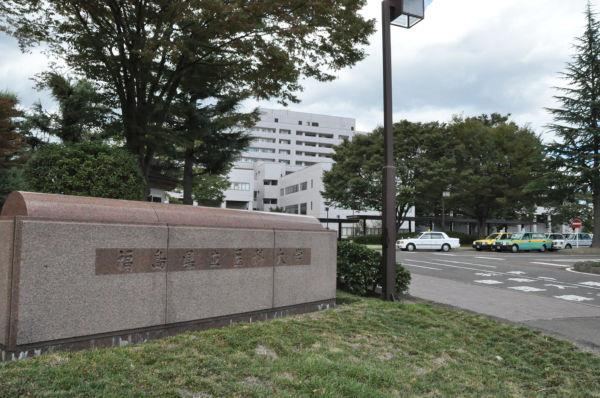福島県立医大の外観。福島市の郊外に建つ。=写真:田中撮影=