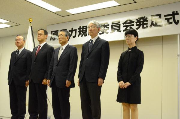 右から中村、島﨑、田中、更田、大島の各委員。=19日、原子力規制庁。写真:諏訪撮影=