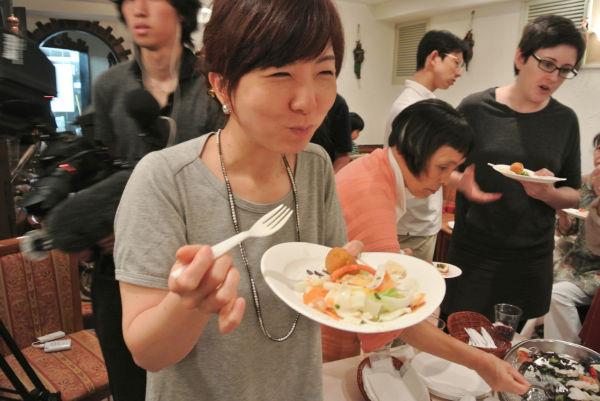 「安心しておいしい物が食べられる」。女性は嬉しそうに舌鼓を打った。=2日、東京半蔵門・エリオ 写真:田中撮影=