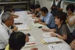 「情報開示」「再検査の早期実施」などを求めて交渉する父母ら。右は松井史郎特命教授。=13日、福島県立医大。写真:田中撮影=
