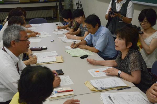 「情報開示」「再検査の早期実施」などを求めて交渉する父母ら。左は松井史郎特命教授。=13日、福島県立医大。写真:田中撮影=