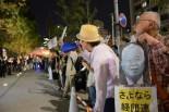 悪魔に見立てた米倉会長の写真は、夜の薄明かりの中、不気味に青光りしていた。=25日夕、経団連ビル前。写真:諏訪撮影=