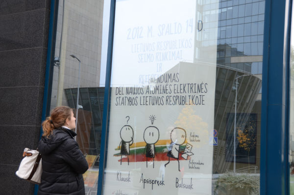 国民投票を報せるポスターを街で見かけることはめったにない。選挙管理委員会は「予算が少ないため」と説明した。=政府機関のビル。写真:田中撮影=