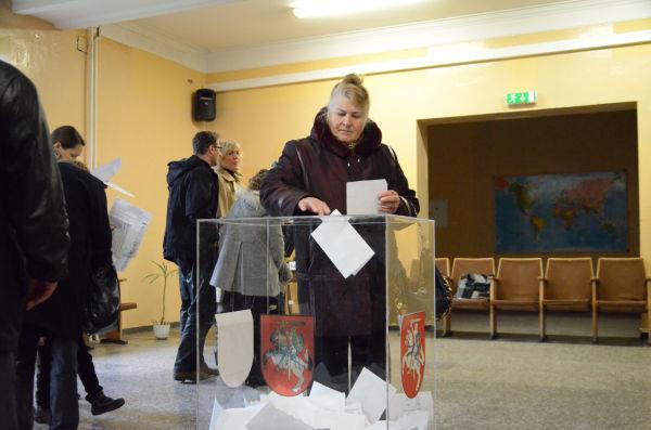 「原発国民投票」「国会議員・選挙区選挙」「国会議員・比例制選挙」。一人が3枚投票する。=14日、旧市街地の高校。写真:諏訪撮影=