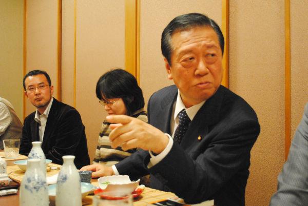 小沢氏はフリー記者らと割り勘で飲みながら、政治論議に花を咲かせた。=2011年1月、赤坂。写真:田中撮影=