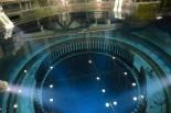 原子炉(圧力容器)は直径6m、深さ20m。110万kwの電気を作る巨大湯沸かし器の心臓部だ。=2日、4号機原子炉建屋6階。写真:田中撮影=