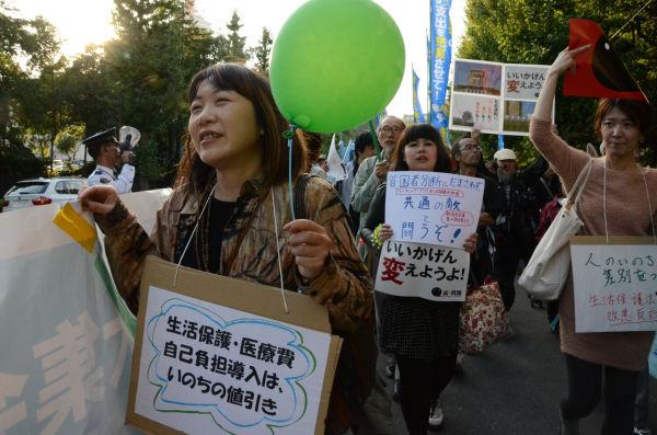 参加者たちは芝公園から浜松町に向けて幹線道路をパレードした。=20日午後、東京港区。写真:田中撮影=