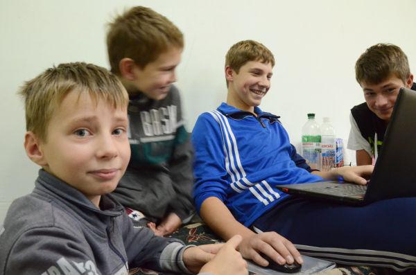 少年たちも検査入院していた。テレビゲームに興じる彼らは、見た目は日本の健康な少年たちとなんら変わるところがない。=写真:田中撮影=