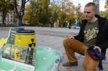 「緑の党」のキャンペーンに足を止めた学生は、核廃棄物の処理に強い懸念と不信感を口にした。=現地時間11日、首都ビリニュス旧市街地。写真:田中撮影=