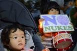 福島県から家族ごと避難してきた姉妹。母親は「子供の世代に原発を残したくない」とアピールした。=5日夕、広島市内。写真:諏訪撮影=