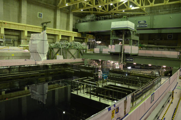 """原子炉(図・中央の円筒)と使用済み燃料プールは、1週間かけて水で""""つながれる""""。"""