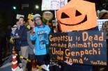 ハロウィンの被り物をつけた男性は、日本での原発事故を予言したアニメを作ったことで有名な「ゲンパチおじさん」だ。=26日夕、首相官邸前。写真:田中撮影=