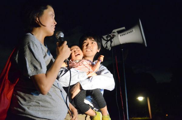 一人目の子供(写真中央・東京武蔵野市)は福島原発事故の2週間後生まれ、誕生2日後に東京都の上水道から基準値を上回る放射能が検出された。二人目の子供は臨月。母親は「生まれてくる子供のために勇気をふるって参加した」。=国会議事堂前。写真:諏訪:撮影=