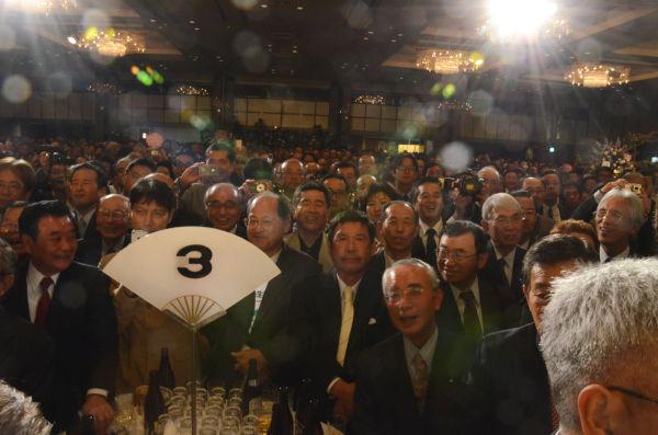 ニューオータニの大広間は4千人の参加者(主催者発表)で埋まり、立錐の余地もなかった。=写真:田中撮影=