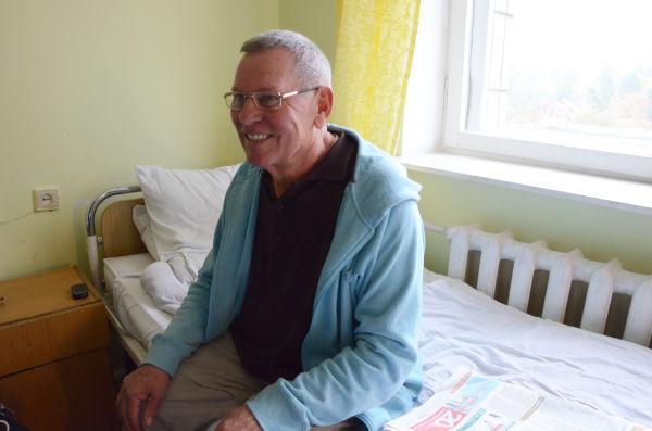 スタニスラヴさん(72歳)。「収束作業時の夢を見る事があるか」との質問に「女性の夢は見るけど、原発の夢は見ないよ」。茶目っ気たっぷりにウインクした。=放射能医療研究所・キエフ市。写真:田中撮影=