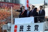 末松義規・立候補予定者は身振り手振りをまじえて「脱原発」を強調した。滑稽なほどわざとらしかった。右隣は野田首相。=24日午後、国立駅頭。写真:田中撮影=