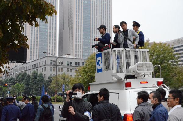 警察隊が反核・市民団体を取り巻く格好になり、現場は緊迫した雰囲気に包まれた。=11日午後2時頃、日比谷公園前。写真:諏訪撮影=