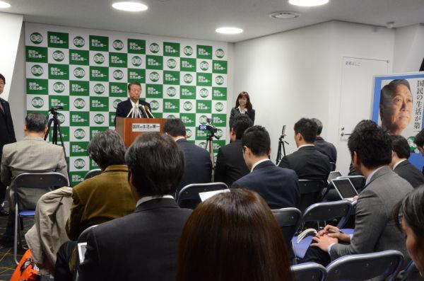 定例記者会見で記者団の質問に答える小沢代表。=5日夕、「国民の生活が第一」党本部・永田町。写真:田中撮影=