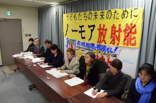 「汚染瓦礫の拡散は利権に結びついている」。市民団体は政府とマスコミを批判した。=21日、環境省記者会見室。写真:田中撮影=