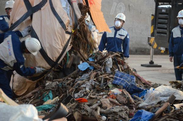 5月、宮城県花巻市から北九州市に搬入された瓦礫。カビ臭さが鼻をついた。=北九州市日明・積み出し基地。写真:田中撮影=