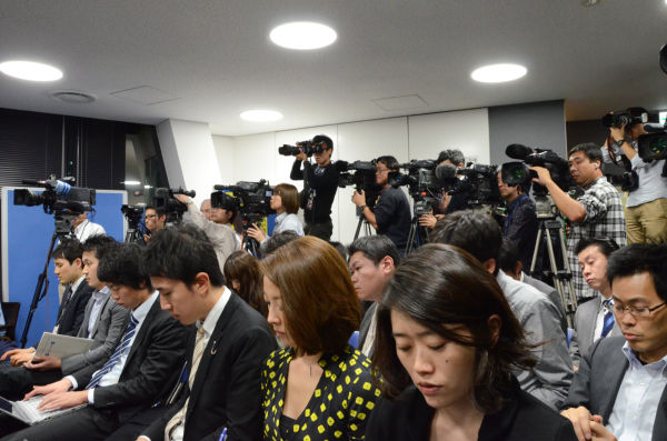 日頃は「生活」党を軽視する大手メディアだが、小沢代表の無罪判決を受けて大勢の記者とカメラマンが詰めかけた。中継車を出すテレビ局もあったほどだ。=写真:田中撮影=
