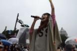 「原発要らない、福島返せ…」福島出身の女性は拳を突き上げた。=11日夕、国会議事堂前。写真:田中撮影=