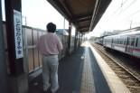 """「この辺りに降ろされた」と""""事件当時""""を振り返る矢野さん。=京王線千歳烏山駅・八王子方面ホーム。写真:撮影="""
