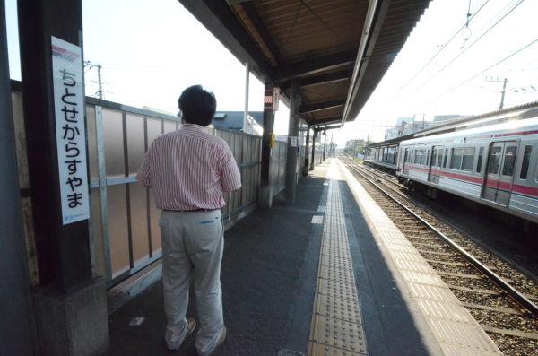 """「この辺りに降ろされた」と""""事件当時""""を振り返る矢野さん。=京王線千歳烏山駅・八王子方面ホーム。写真:田中撮影="""