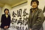 原発銀座の福井から来た女性(右)。「一人一人が最大限の力を出してやっていくしかない。原発の専門家じゃないと難しい事は言えないのか。でも子どもを2人産んで、大事に育ててきた私は、命の専門家ですから、発言し続けます」。=10日、東京水道橋。写真:諏訪撮影=