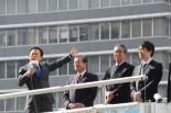 猪瀬直樹候補(左端)は、石原前知事や橋下大阪市長らに見守られながら第一声をあげた。=29日午前11時頃、新宿西口。写真:田中撮影=
