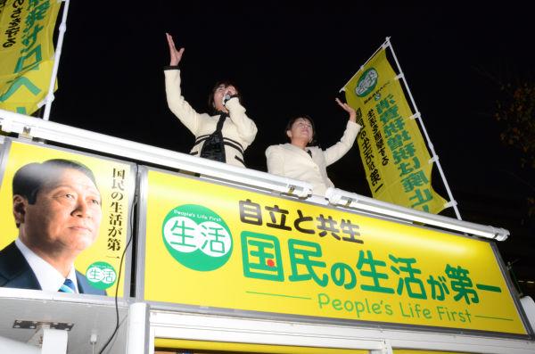 森ゆうこ議員(左)は、ドイツの脱原発事情などを有権者に報告した。=15日夕、有楽町。写真:田中撮影=