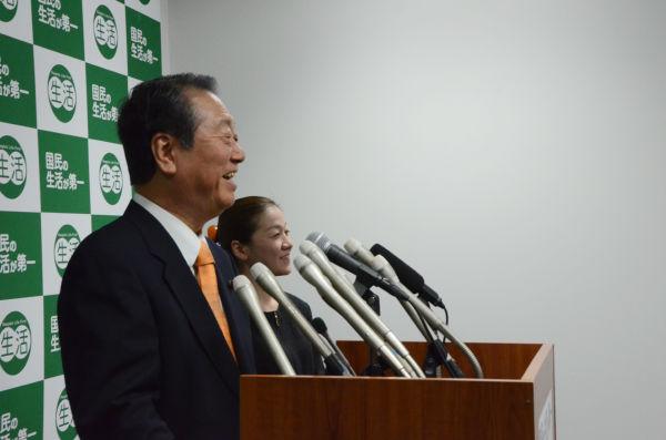 「無罪会見」後、地元岩手の記者たちと懇談する小沢代表。=19日夕、「生活」党本部。写真:田中撮影=