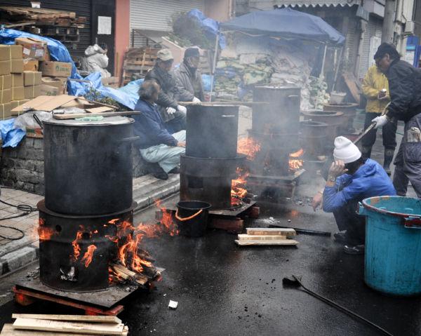 炊き出しの下ごしらえ。肉や野菜などが煮炊きされていた。=31日、山谷。写真:島崎ろでぃ撮影=
