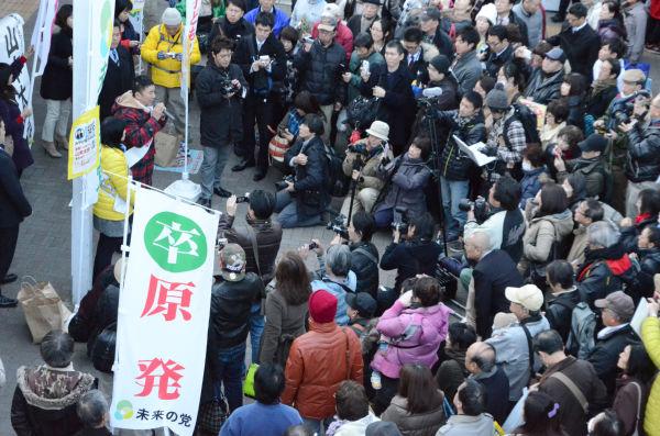 山本太郎候補はマイクを握り「原発を54基も作ったのは自民党。『3・11』以降、地獄を作り出したのは民主党。野田総理は重複立候補しているのだからあっち(比例)で通ってもらう。」と熱っぽく語った。=JR船橋駅前。写真:諏訪撮影=