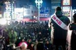 コンサート形式の山本太郎候補の集会。会場には溢れんばかりの人々が詰めかけ微動だにせず音楽とスピーチに聴きいった。=15日夜、東京・高円寺。写真:島崎ろでぃ撮影=