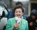 嘉田代表が首に巻いたスカーフは、川俣町の女性たちからのプレゼントだ。=4日、飯舘村公民館前。写真:島崎ろでぃ撮影=