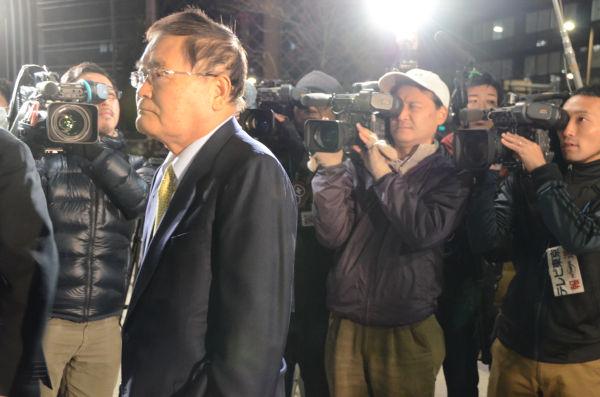 党本部に入る亀井静香議員。カメラのライトが一斉にたかれた。=写真:田中撮影=