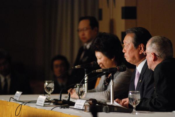 日本外国特派員協会で6年ぶりとなる小沢氏の記者会見。相手が日本のマスコミでないこともあって、氏はリラックスしたようすだった。=12日、有楽町。写真:島崎ろでぃ撮影