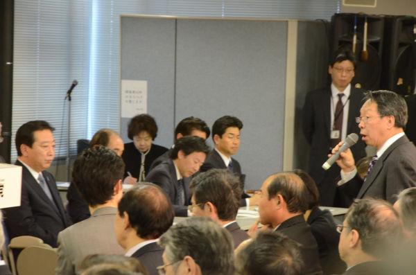 荒井聡議員は「選挙で頑張ってくれた地方議員の声を聞かずに党の再生はありえない」と声を荒げた。=19日、民主党本部。写真:田中撮影=