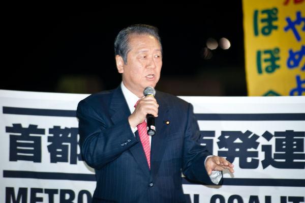 自民党の大立者だった小沢氏が脱原発演説をする。時代が変わったことを象徴する光景だった。=14日夕、国会議事堂前。写真:島崎ろでぃ撮影=