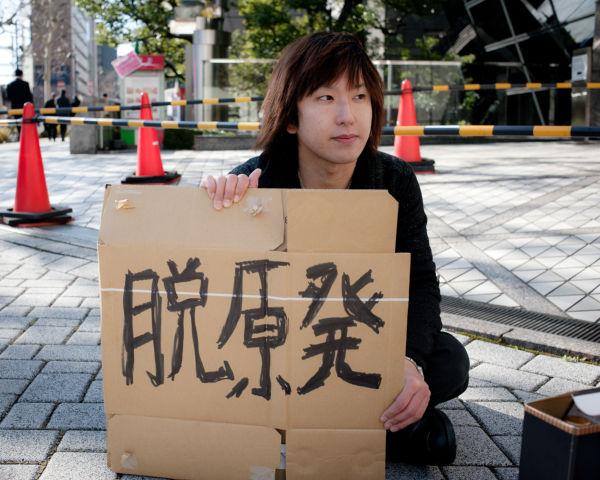 山口祐二郎さん。石畳の冷たさで体は芯から冷える。=27日、東電本店前。写真:島崎ろでぃ撮影=