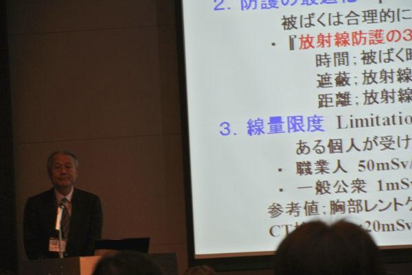 撮影禁止の中、隠し撮りした山下俊一・福島県立医科大学副学長。写真左端。=19日午後、新宿。写真:筆者撮影=