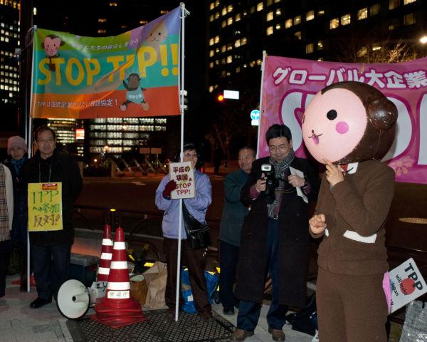 TPP反対集会ですっかりお馴染みになった「サルわかり」も登場した。=写真:島崎ろでぃ撮影=